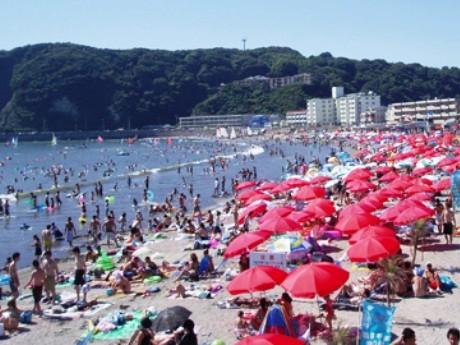 「関東で一番早く海開き」する逗子海岸(写真=イメージ)
