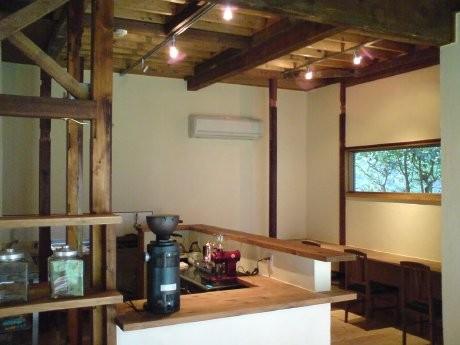 築40年の民家をリフォームした同店の様子-木の柱や梁など古いものを残し、床は松の板張り、壁は珪藻土と自然素材を使用した