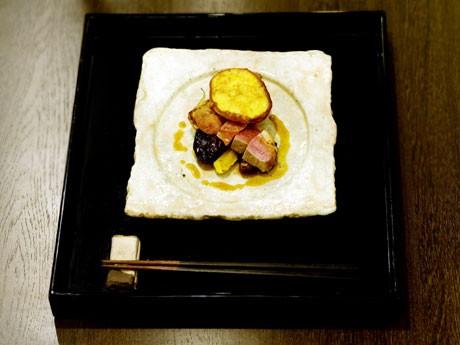 鎌倉・小町通りに、はしで食べる和風フレンチレストラン「comme un oiseau(コムアンオワゾー)」が開業。和素材を使ったさっぱりとした味わいを楽しめる。
