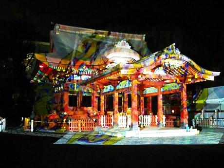 鶴岡八幡宮で「デジタル/掛け軸」ライブ-神殿・木々にデジタルアート投影