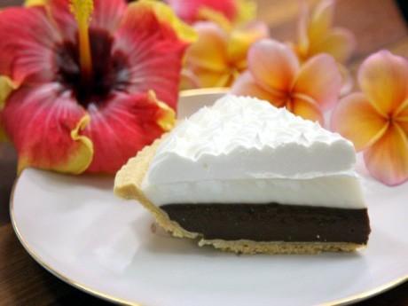 異なる食感が楽しめると人気のチョコレートハウピアクリームパイ