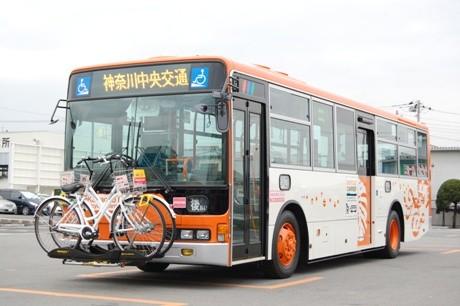 自転車積載が可能な路線バスは茅ヶ崎営業所の4路線で運行。車両の前面に積載する形式は、米国やカナダなどで普及しているという。