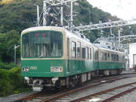 嵐電仕様にカラーリングされた江ノ電1000形車両(嵐電号)。上部がグリーンではなくクリーム色に塗られているのが特徴。