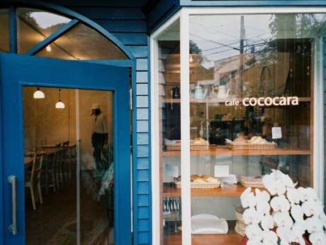 鎌倉・佐助にオープンしたベーカリー&カフェ「cafe cococara」。入り口の青い扉にほれ込んだ夫婦が独立開業した。