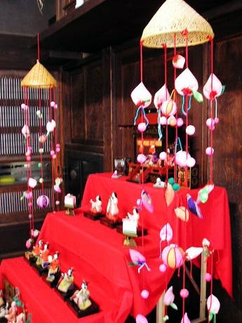 古民家のアートスペース「蔵まえギャラリー」で昭和生まれの「ひな展」開催。御殿に入った昭和4年製のおひなさまも