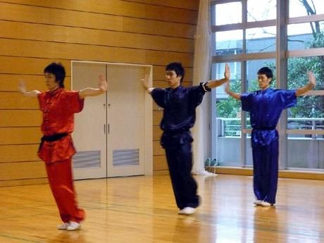 鎌倉市内の体育館で、中国武術を教える「きんと雲」クラブが入門カンフー講座を開催。写真は中国武術大会でも多数の受賞暦を持つ西尾さんほかコーチ3人。