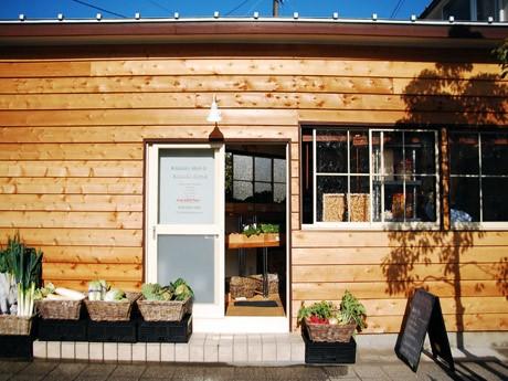 鎌倉・佐助にオープンした「サスケストア」。コンパクトな店内に三浦野菜やイタリア食材、三崎港マグロや全国各地の名品食材を、農家直売所スタイルで新鮮なまま販売する。
