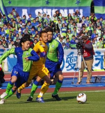 12年ぶりに平塚のピッチでプレーした中田英寿さん。現役時代を思わせる華麗なプレーで観客を魅了した。