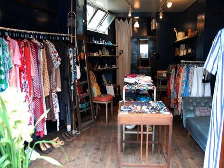鎌倉・御成通りにヨーロッパ中心の古着やブロカントを扱う店「Deep Blue Fiction」がオープン。