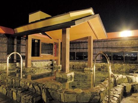 茅ヶ崎に、富士山も望める「総合天然温泉施設」がオープン。12種類の風呂、10種類以上の岩盤浴を備え、近隣住民のほか、都内各地からの利用客を想定している。