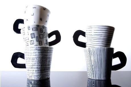 一つ一つ模様が異なるリズミカルなデザインのカップ。