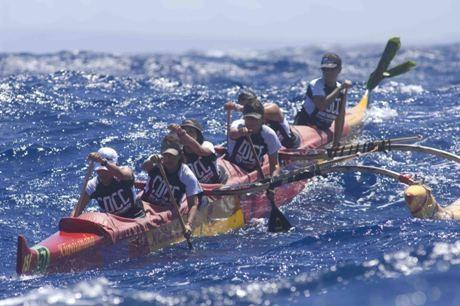 6人乗りアウトリガーカヌーをこぐ女性パドラー