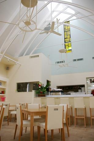 清潔感ある白とアイボリーが基調の店内。天窓からは自然光が降り注ぐ