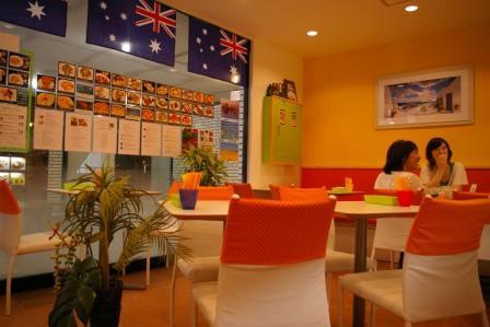 オーストラリア国旗が飾られた明るい雰囲気の店内
