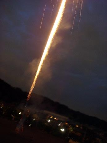 フィナーレに校庭で打ち上げる「火柱花火」