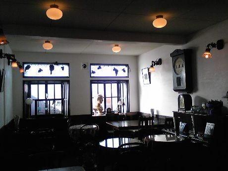 創業当時の雰囲気を忠実に再生した店内には、ゆったりとした空気が流れる