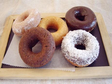 自然素材の体にやさしくおいしいドーナツが常時12種類ほど並ぶ