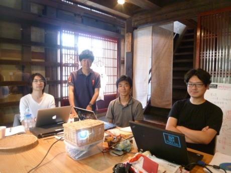 ものづくりの現場で学生らと創作活動に励む田中さん(右)