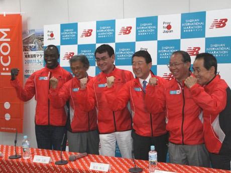第6回大会の応援団長を努める徳光和夫さん、ゲストランナーのエリック・ワイナイナ選手ほか