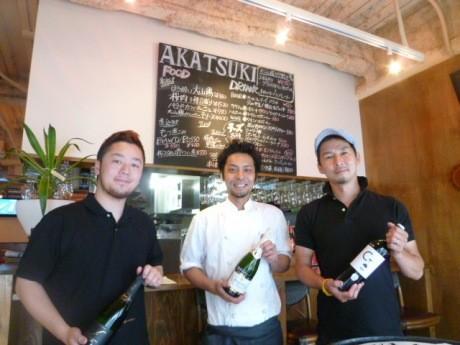 立ち飲みカウンターに立つ「暁」オーナーの前田さん(右)とスタッフ