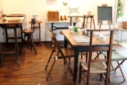 欧州各地で買い付けた素朴で味わいのある家具や雑貨をそろえる店内