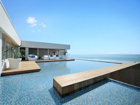 プールが設置され、その先に海が見渡せる開放的な3階ラウンジ