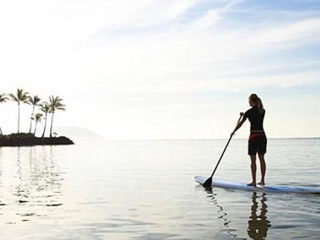 水上散歩のようなスポーツ「スタンドアップバドル」など屋外スポーツも体験できる