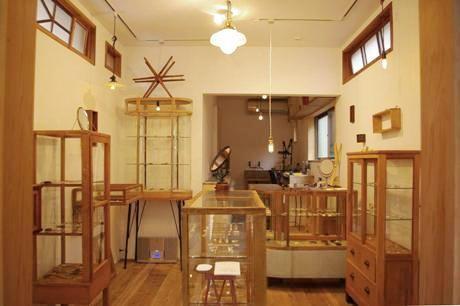 ぬくもりある空間に古道具の飾り棚を配置。奥は吉葉さんの作業スペース