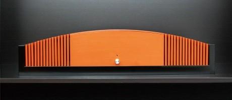 太田さんが手掛けたスピーカー「櫛音/漆」。幅は約67センチ、口径は7センチフルレンジ