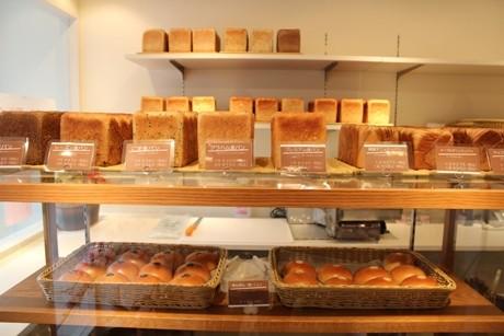 店内には食パンがずらりと並ぶ