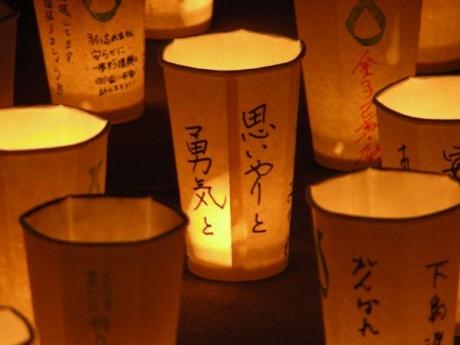 昨年の万灯の様子。それぞれに奉納者のメッセージが書き込まれている