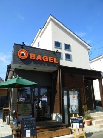 みずきの住宅街に開業した「まるなかベーグル」。庭の枕木を再利用したウッドデッキは義晴さんが手掛けた