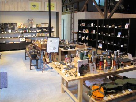 鍋や包丁などさまざまな鉄商品が並ぶ販売スペース。右奥はレストラン
