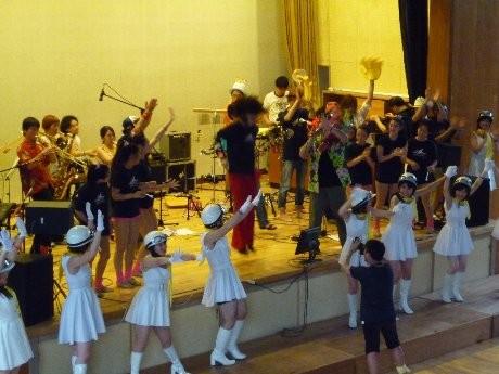桑田さんの母校、茅ヶ崎小学校で行われた昨年の「サザンの絆ライブ」