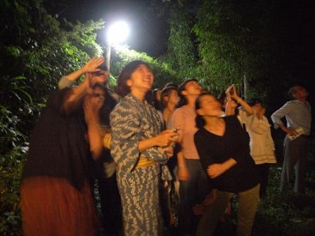 かわいじゅんこさんの星座ワークショップの様子。参加者は庭に出て夜空に星座を探す。