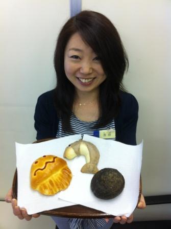 開発したパンを持つ販促担当の吉田さん