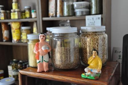 アナンコーポレーションで扱うスパイスは無数。インドの人形と。