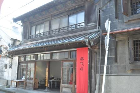 旧東海道藤沢宿かいわいに赤い小旗を祭の印として掲げる。写真は蔵まえギャラリー。