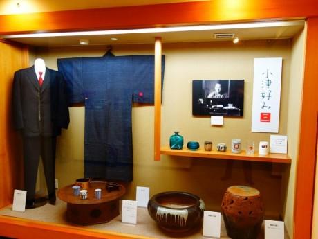 愛用のスーツ、着物、ビアジョッキなど。小津監督の好きな赤い色のネクタイが目をひく