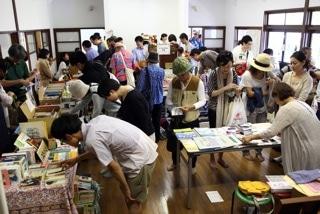 過去のブックカーニバルの様子。長谷公会堂にて、古本市を楽しむ来場者。
