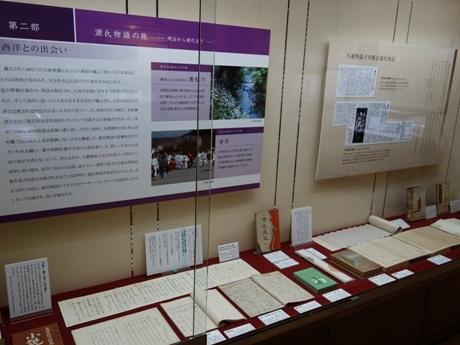 館内の様子。 夏目漱石の作文や、与謝野晶子の草稿「梗概源氏物語」などが展示されている