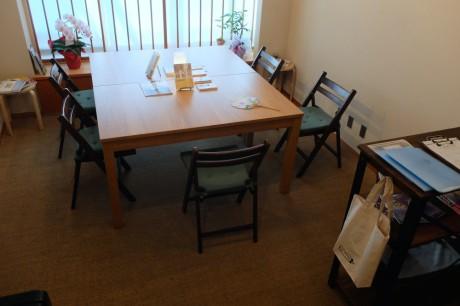 閲覧用テーブル。鎌倉らしい雰囲気でゆったりとした時間を過ごせる。