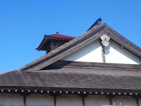 風格のある屋根に塔屋がそびえる和洋折衷のデザイン