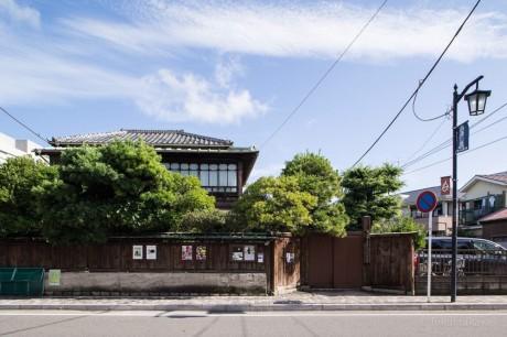 印象的な板塀の向こうに堂々とした和風建築が。周囲は変わっても88年前の鎌倉らしいたたずまいのまま