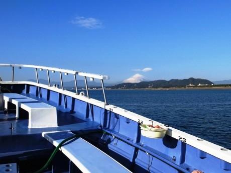 普段は見ることができない平塚沖からの眺めも体験できる。天気が良ければ湘南平の向こうに富士山の姿も