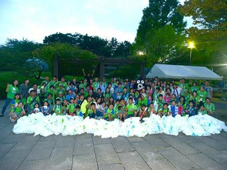 今年7月からホームゲーム後に行っているスタジアム周辺のゴミ拾いイベント「LEADS TO THE OCEAN」には毎回多くのサポーターが参加した