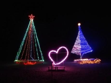 クリスマスのイルミネーションはビーチらしくヨットをかたどる。点灯式は19日16時30分から