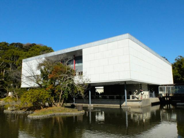 鶴岡八幡宮の平家池にせり出すように建てられた鎌倉館。坂倉準三の設計で日本を代表するモダニズム建築として高く評価されている