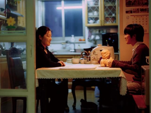 伊藤久也さんの参考作品「隣のおふくろの味」(2015)。彫刻、写真、映像などを使ったインスタレーション作品を制作・展示する