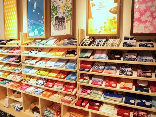 「拭うnugoo鎌倉」二の鳥居店の店内に並ぶ手拭い300柄から1枚を選ぶ